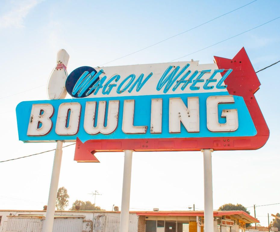 Neon sign that says 'Wagon Wheel Bowling'